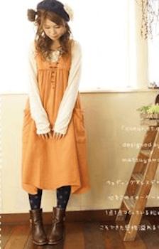 エプロンワンピースを使ったおしゃれな秋の着こなし方:温暖色を取り入れる