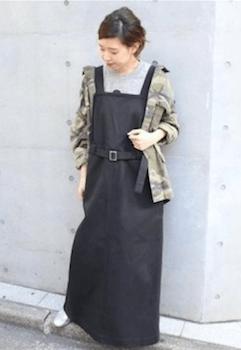 黒色のエプロンワンピース×迷彩柄ジャケットの秋冬コーデ