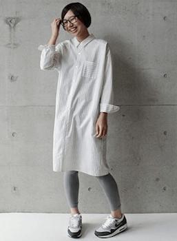 シャツワンピースを使った秋冬の着こなし:レギンスで個性を出す