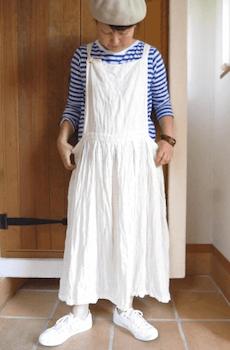 エプロンワンピースを使ったおしゃれな夏の着こなし方:マリンテイスト