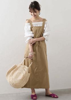 エプロンワンピースを使ったおしゃれな春の着こなし方:ナチュラルカラー