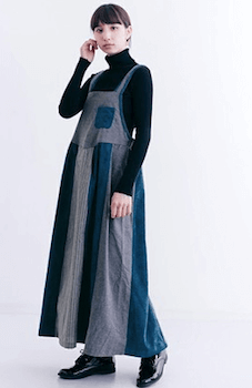 エプロンワンピースを使ったおしゃれな冬の着こなし方:タートルネック