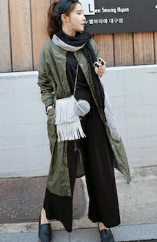 サファリジャケットを使ったレディースにおすすめの着こなし方:ロングタイプ