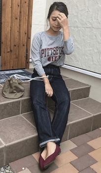 ロゴTシャツ×デニムパンツ×guのマシュマロパンプス