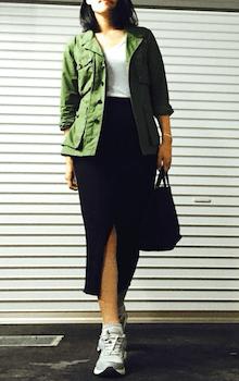 VネックTシャツ×スリットスカート×サファリジャケットのレディースコーデ