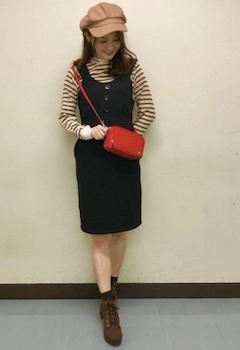 キャスケット×ボーダーニット×ジャンパースカートのレディースコーデ(秋冬)