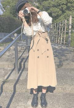 キャスケット×ボーダートップス×トレンチスカートのレディースコーデ(秋冬)
