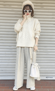 白のケーブルニット×白のワイドパンツ×白のスニーカー×ファー帽子のレディースのコーデ