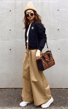 レディースのトラックジャケットでおすすめの着こなし方:人気のワイドパンツと合わせる
