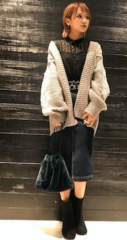 ファーバッグ×カーディガン×デニムスカートのコーデ(2018-19秋冬)