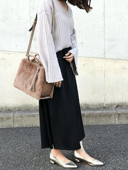 白のニット×黒のラップスカート×シルバーのパンプス×バンブーバッグの秋冬のコーデ