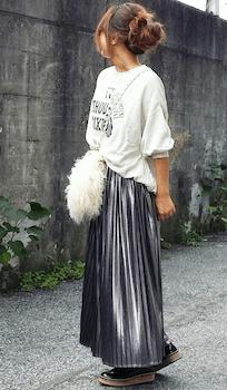 ファーバッグ×トレーナー×プリーツスカートのコーデ(2018-19秋冬)