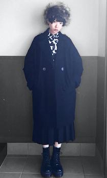 黒のロングコート×総柄ブラウス×プリーツスカート×ブーツ×ロシア帽子のレディースのコーデ