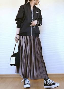 黒のトラックジャケット×パープルのマキシスカート
