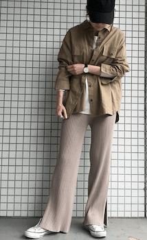 シャツジャケット×白Tシャツ×スリットパンツの(秋冬)レディースコーデ