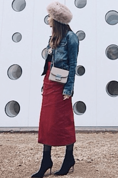 デニムジャケット×赤のスカート×ショートブーツ×ロシア帽子のレディースのコーデ