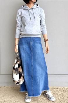 ファーバッグ×フードスエット×デニムロングスカートのコーデ(2019-20秋冬)