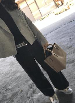 グレーのジャケット×黒のニット×黒のワイドパンツ×スニーカー×バンブーバッグの秋冬のコーデ