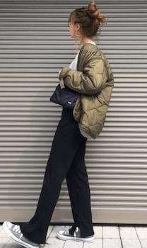 キルティングジャケット×白シャツ×スリットパンツの(秋冬)レディースコーデ