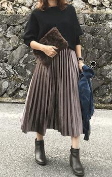 ファーバッグ×黒ニット×プリーツスカートのコーデ(2019-20秋冬)