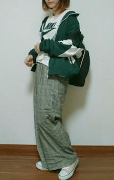 緑のトラックジャケット×Tシャツ×チェック柄のワイドパンツ