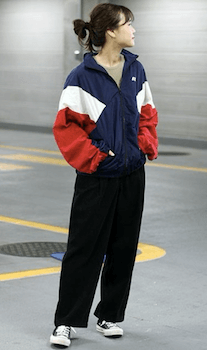 配色切替のトラックジャケット×黒のワイドパンツ