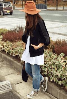 黒のトラックジャケット×白のチュニック×デニムパンツ