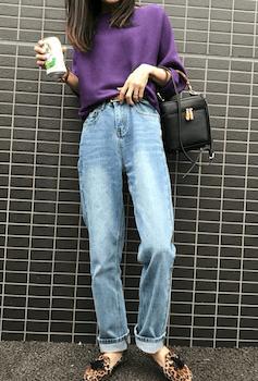 紫のニット×デニムパンツ×ヒョウ柄のローファー×バンブーバッグの秋冬のコーデ