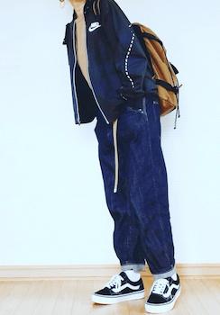 ネイビーのトラックジャケット×ワイドデニムパンツ