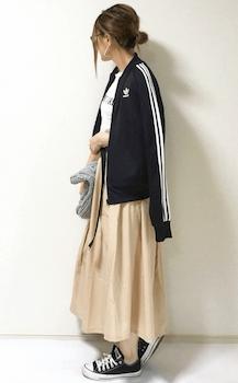 黒のトラックジャケット×Tシャツ×ベージュのミモレ丈スカート