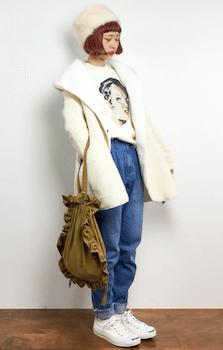 ムートンジャケット×グラフィックTシャツ×デニムパンツ×スニーカー×ロシア帽子のレディースのコーデ