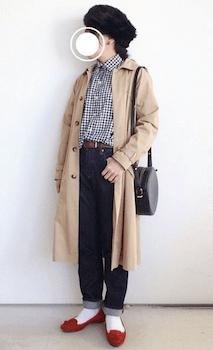 ステンカラーコート×チェックシャツ×デニムパンツ×ロシア帽子のレディースのコーデ