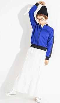 青のトラックジャケット×白のマキシスカート