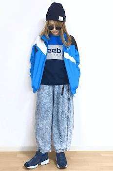 青のトラックジャケット×スウェット×デニムワイドパンツ
