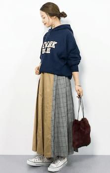 ファーバッグ×トレーナー×切替えスカートのコーデ(2019-20秋冬)