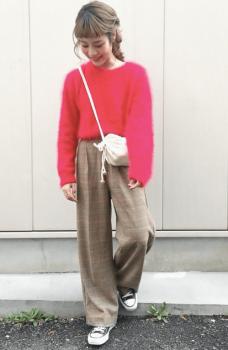 赤色のモヘアニット×グレンチェックパンツのレディースコーデ
