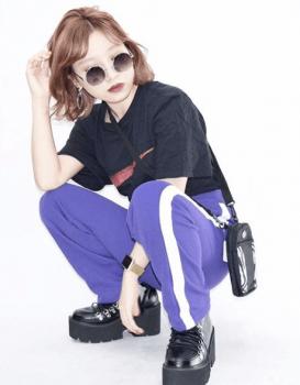 黒Tシャツ×厚底シューズ×トラックパンツのレディースコーデ(春夏編)