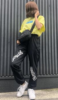 黄色のTシャツ×ショルダーバッグ×トラックパンツのレディースコーデ(春夏編)