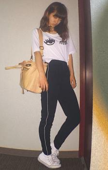 プリントTシャツ×ショルダーバッグ×トラックパンツのレディースコーデ(春夏編)