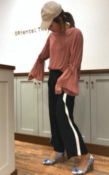 フレア袖のTシャツ×ハイヒール×トラックパンツのレディースコーデ(春夏編)