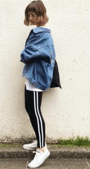 ビックサイズGジャン×白スニーカー×トラックパンツのレディースコーデ(春夏編)