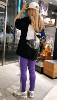 バックプリントTシャツ×キャップ×トラックパンツのレディースコーデ(春夏編)