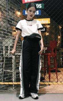 白Tシャツ×ウエストバック×トラックパンツのレディースコーデ(春夏編)
