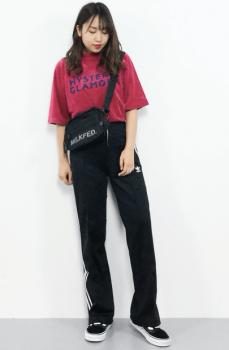 英字ロゴTシャツ×斜め掛けバッグ×トラックパンツのレディースコーデ(春夏編)