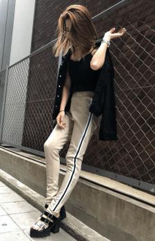 黒キャミ×黒Gジャン×トラックパンツのレディースコーデ(春夏編)