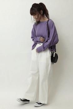 白のベイカーパンツ×紫のニット×スニーカーのレディースの着こなし