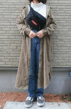 タートルネック×デニムパンツ×ウエストバッグ×シャツワンピースのコーデ(春)