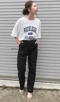 黒のベイカーパンツ×グラフィックTシャツ×サンダルのレディースの着こなし