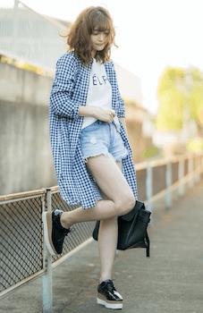 ショートデニムパンツ×厚底スニーカー×Tシャツ×シャツワンピースのコーデ(夏編)