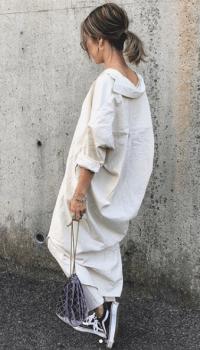バンズスニーカー×巾着バッグ×ロングシャツワンピースのコーデ(夏編)